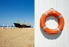 Fraktbåt och livpreserver arkivfoto