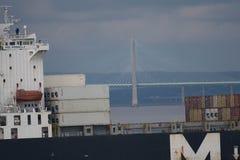 Fraktbåten passerar den Severn Crossing bron Royaltyfri Bild