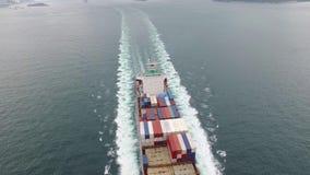 Fraktbehållareskeppet seglar långsamt i havet på en molnig dag i skott för antenn 4k stock video