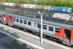 Fraktbilar på järnvägen royaltyfria bilder