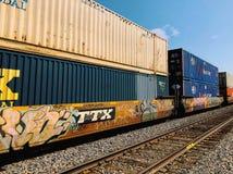 Fraktdrev med lastbehållare och grafitti royaltyfri foto