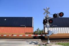 Fraktdrev på järnvägcrossingen Arkivfoto