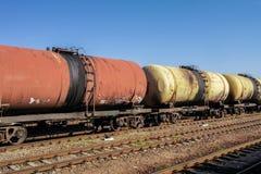 Fraktdrev Resa med tåg drevet av tankfartygbilar som transporterar råolja på spåren Arkivbilder