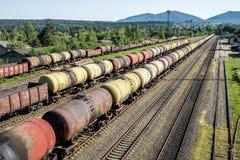 Fraktdrev Resa med tåg drevet av tankfartygbilar som transporterar råolja på spåren Royaltyfri Foto