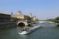 Fraktfartyg på Seinen i Paris, Frankrike royaltyfria bilder