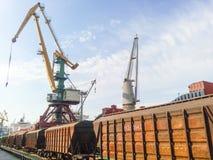 Fraktjärnvägbilar i den industriella porten Vagnhoppers Fotografering för Bildbyråer
