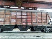 Fraktjärnvägbilar i den industriella porten Vagnhoppers Arkivbilder
