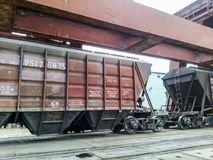 Fraktjärnvägbilar i den industriella porten Vagnhoppers Arkivfoto