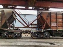 Fraktjärnvägbilar i den industriella porten Vagnhoppers Arkivbild