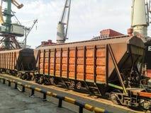 Fraktjärnvägbilar i den industriella porten Vagnhoppers Royaltyfria Bilder