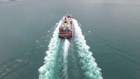 Fraktlastfartyget seglar långsamt i havvågorna på en molnig dimmig dag i skott för antenn 4k lager videofilmer