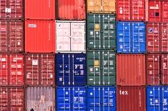 Fraktsändningsbehållare på Southampton skeppsdockor i UK 2018 royaltyfri foto