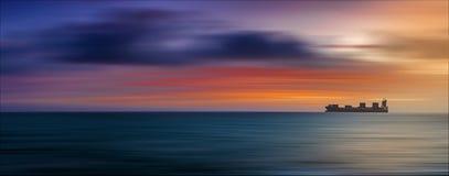 Fraktskepp på solnedgången Arkivfoton