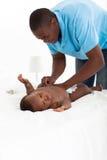 Fralda em mudança do bebê do pai foto de stock royalty free