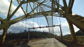 Framåt perspektiv som kör på bron för västra slut i Pittsburgh stock video