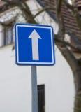 Framåt riktningstecken på vägen Arkivbild
