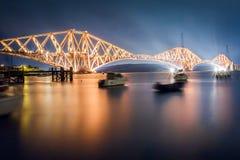 Framåt vägbron vid natt Fotografering för Bildbyråer