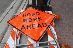 framåt vägmärkearbete Arkivfoto