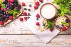 Framboesa, amora-preta e mirtilo, café da manhã da farinha de aveia com leite fotos de stock royalty free