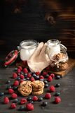 Framboesa, biscoitos e leite, frascos da farinha com copyspace acima foto de stock royalty free