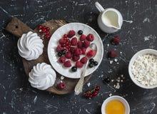 Framboesa, corinto preto, queijo, creme, mel, merengue - café da manhã saboroso ou petisco fotografia de stock royalty free