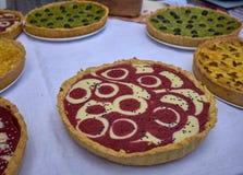 Framboesa cortada e tortas verde-oliva na tabela branca imagens de stock royalty free