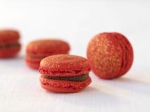 Framboesa e macaroons escuros do chocolate Imagens de Stock Royalty Free