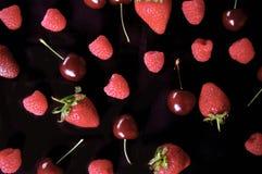 Framboesa, morango, teste padrão do fruto da cereja no fundo preto Fotos de Stock
