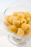 Framboesas amarelas frescas no prato de vidro da sobremesa Fotografia de Stock Royalty Free