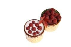 Framboesas e iogurte das bagas em umas canecas da argila Fotografia de Stock