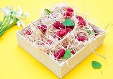 Framboesas em uma caixa de madeira Imagem de Stock Royalty Free