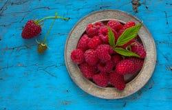 Framboesas frescas deliciosas em ingredientes saudáveis do vegetariano do alimento das vitaminas da cesta do vintage Foco seletiv Foto de Stock Royalty Free