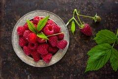 Framboesas frescas deliciosas em ingredientes saudáveis do vegetariano do alimento das vitaminas da cesta do vintage Foco seletiv Fotos de Stock Royalty Free