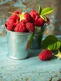 Framboesas frescas em ingredientes saudáveis do vegetariano do alimento das vitaminas da cesta do vintage Foco seletivo Fotografia de Stock