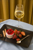 Framboesas na placa preta com vidro do champanhe Imagens de Stock Royalty Free