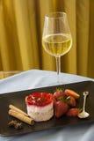 Framboesas na placa preta com vidro do champanhe Foto de Stock Royalty Free
