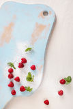 Framboises dans une pile de sucre Image stock