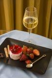 Framboises de plat noir avec le verre de champagne Images libres de droits