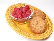 Framboises et deux biscuits Photographie stock