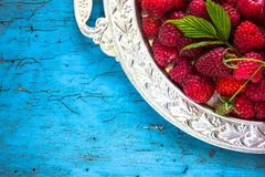 Framboises fraîches délicieuses en ingrédients sains de vegan de nourriture de vitamines de panier de vintage Foyer sélectif Image stock