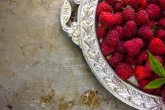 Framboises fraîches délicieuses en ingrédients sains de vegan de nourriture de vitamines de plat argenté de vintage Foyer sélecti Photo libre de droits