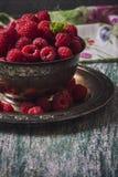 Framboises fraîches dans le panier de vintage, vitamines, nourriture saine, VE Photos libres de droits