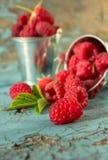 Framboises fraîches en ingrédients sains de vegan de nourriture de vitamines de panier de vintage Foyer sélectif Image libre de droits