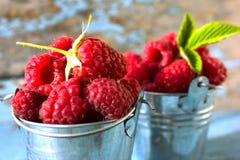 Framboises fraîches en ingrédients sains de vegan de nourriture de vitamines de panier de vintage Foyer sélectif Images libres de droits