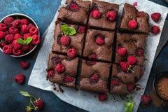 Framboos brownies op blauwe achtergrond Stock Fotografie