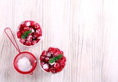 Framboos gelaagd die dessert in glazen wordt gediend stock afbeelding