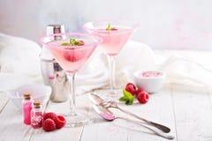 Framboos martini op witte lijst Stock Foto's
