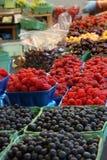 Frambozen en bosbessen bij een markt Royalty-vrije Stock Afbeeldingen