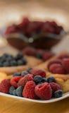 Frambozen en Bosbessen die aan Deense Pasteries zullen worden toegevoegd Stock Fotografie