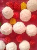 Frambozen wit rond suikergoed Als achtergrond Stock Foto